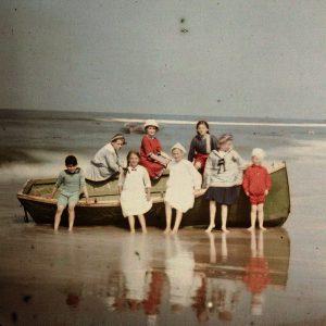 Acht kinderen bij een sloep aan het strand, Adolphe Burdet uit de collectie van het Rijksmuseum